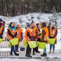 Skolēni veic brīvprātīgo darbu