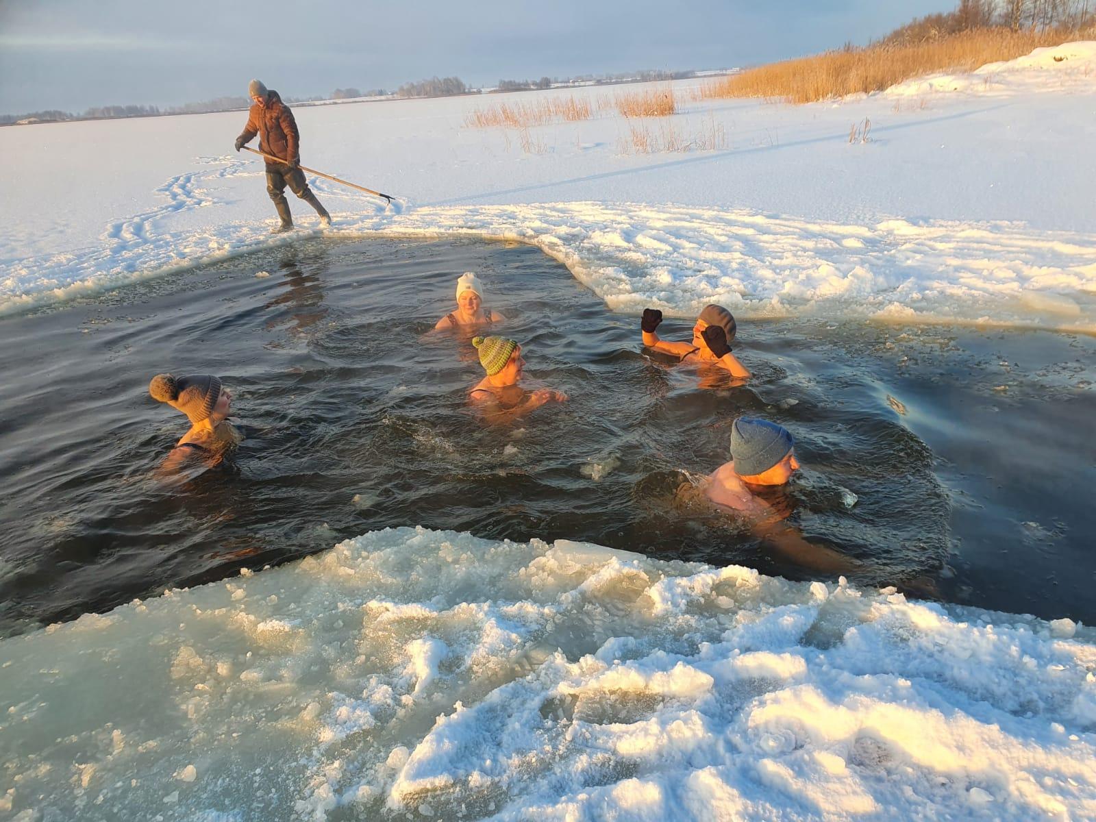 Ziemas peldēšana Durbes ezerā